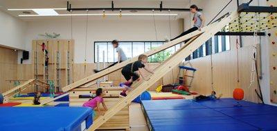 Toben, spielen, rutschen und spaß haben in der Kinderwelt und Bewegungslandschaft des SportQuadrats