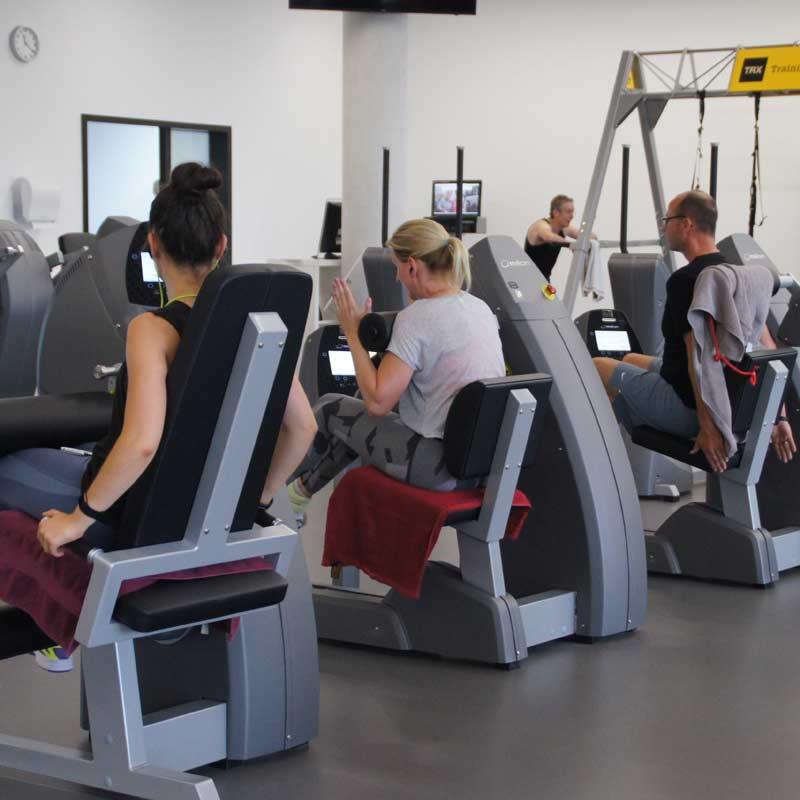 Fitness im Fitnessstudio trainieren mit dem Kraft- und Ausdauer Zirkel Milon