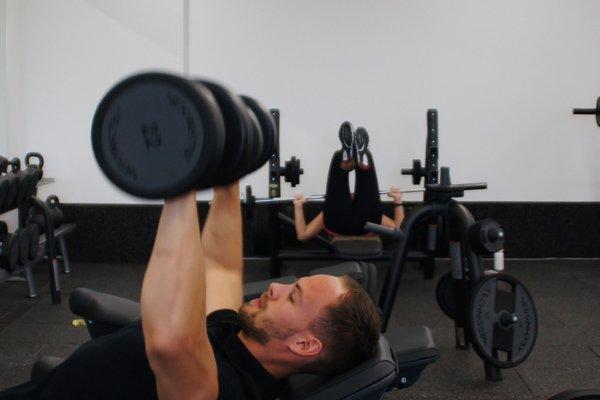 Fitnesstrainer im Freihantelbereich