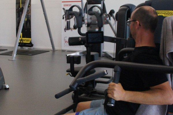 Herr beim affektiven trainieren im TechnoGym Gerätepark