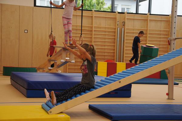 SportQuadrat Bewegungslandschaft – toben und rutschen für Kleinkinder