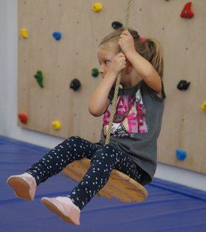 Turnen für Kleinstkinder, Kurs für Kinder zum Schaukeln, Klettern und Rutschen